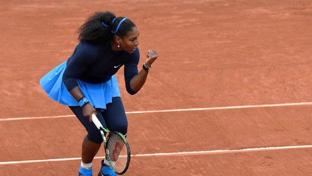 Es ist kalt in Paris! Serena ungewohnt zugeknöpft! (Bild: AFP or licensors)
