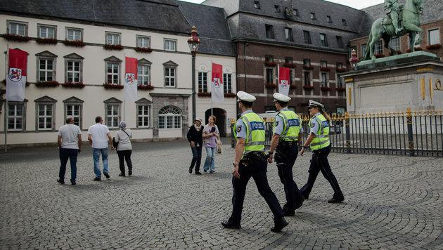 Polizisten patrouillieren in der Altstadt von Düsseldorf. (Bild: APA/dpa/Maja Hitij)