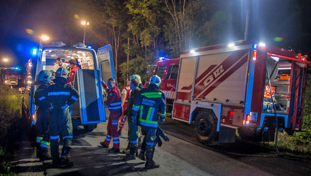 Auto mehrfach überschlagen: Lenker verletzt (Bild: BFK Baden/Daniel Wirth/www.bfkdo-baden.com)