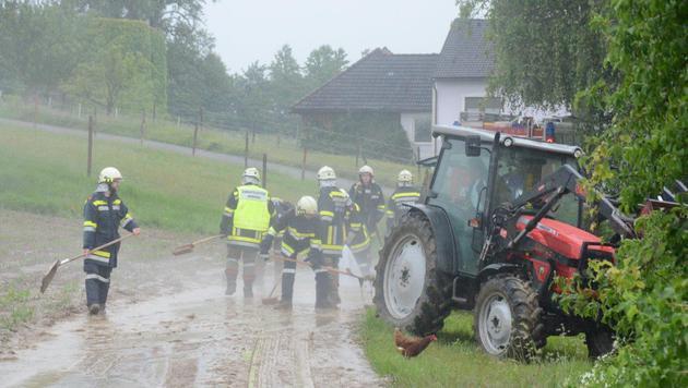 Feuerwehrleute bei einem Einsatz in Inning im Bezirk Melk (Bild: Einsatzdoku.at)