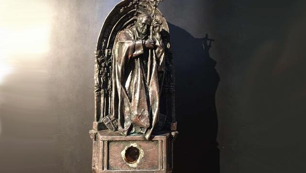 Wo sich zuvor das Tuch mit dem Blut des Papstes befand, ist jetzt nur noch ein Loch. (Bild: Polizei Köln)