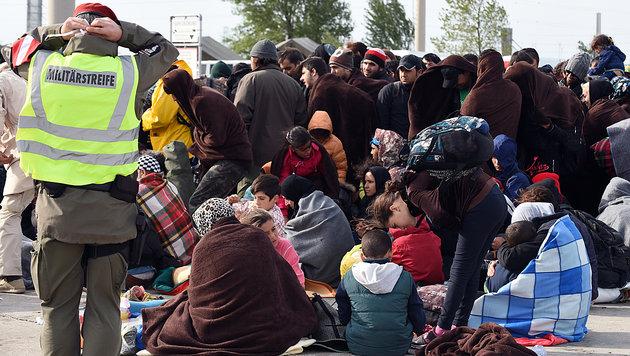 Flüchtlinge am österreichisch-ungarischen Grenzübergang Nickelsdorf (Bild: APA)