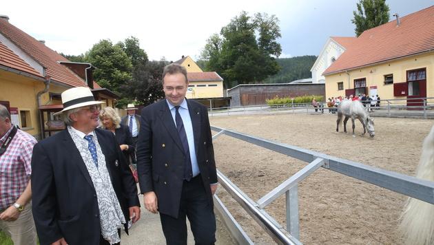 Karl Habsburg bei dem Gestütsleiter Max Dobretsberger zu Besuch (Bild: Sepp Pail)