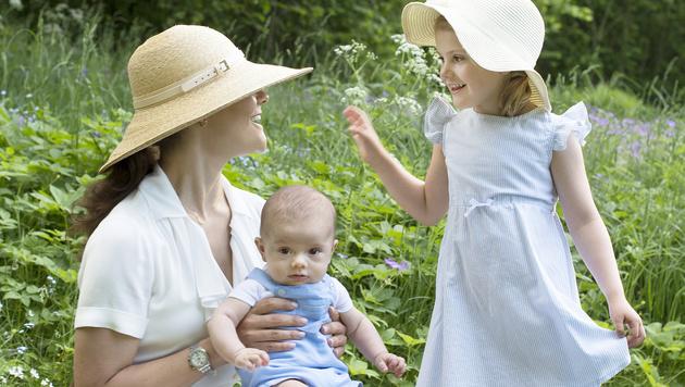 Wie süß! Mama Victoria und Estelle im Partnerlook (Bild: Kate Gabor/Kungahuset.se)
