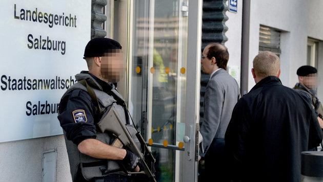 Das Salzburger Landesgericht wurde wegen des brisanten Prozesses von der Exekutive scharf bewacht. (Bild: APA/BARBARA GINDL)