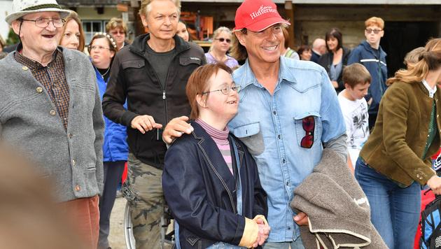 Ganz nah am Star: Hansi Hinterseer mit einem seiner vielen Fans unterwegs (Bild: Kerstin Joensson)