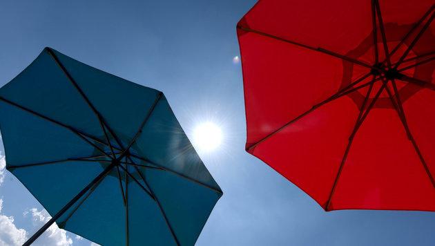Jesolo setzt auf selbstöffnende Sonnenschirme (Bild: APA/dpa/Patrick Seeger)