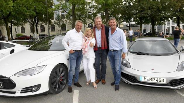 Festtag: Marek (rechts) mit Peter Schiessl sowie dem Sängerpaar Marianne und Michael (Bild: Michael Tinnefeld)