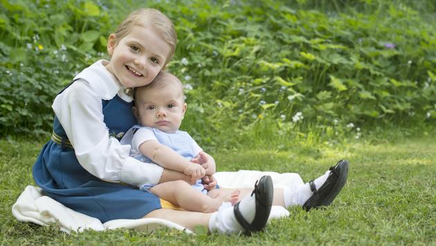 Prinzessin Estelle kuschelt mit ihrem kleinen Bruder Prinz Oscar. (Bild: Kate Gabor/Kungahuset.se)