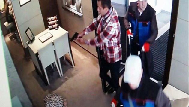 Drei Unbekannte überfielen den Juwelier in der Kitzbüheler Innenstadt. (Bild: LPD Tirol)