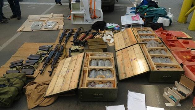 Mit diesen Waffen wollte der Franzose Anschläge bei der EM verüben. (Bild: AP)