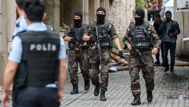 Spezialeinheiten am Anschlagsort (Bild: APA/AFP/OZAN KOSE)