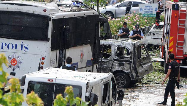 Türkei: Elf Tote bei Anschlag auf Polizeibus (Bild: APA/AFP/DOGAN NEWS AGENCY/STRINGER)