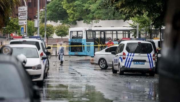 Türkei: Elf Tote bei Anschlag auf Polizeibus (Bild: APA/AFP/OZAN KOSE)