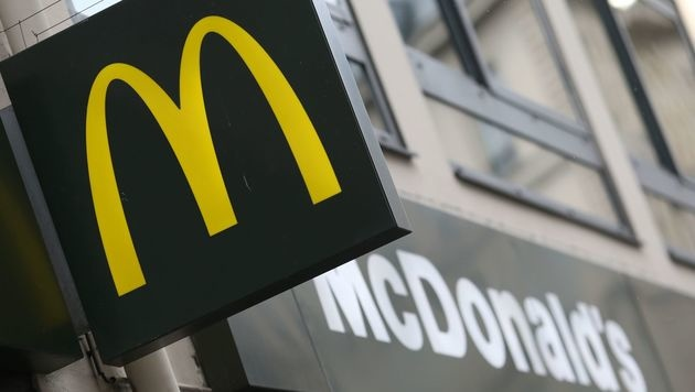 """Duo überfiel McDonald""""s-Lokal voller Elitesoldaten (Bild: APA/AFP/KENZO TRIBOUILLARD)"""