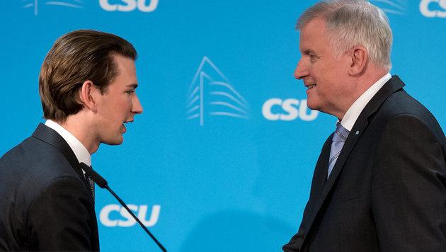 Der bayrische Ministerpräsident Horst Seehofer (re.) und Österreichs Außenminister Sebastian Kurz (Bild: APA/dpa/Sven Hoppe)