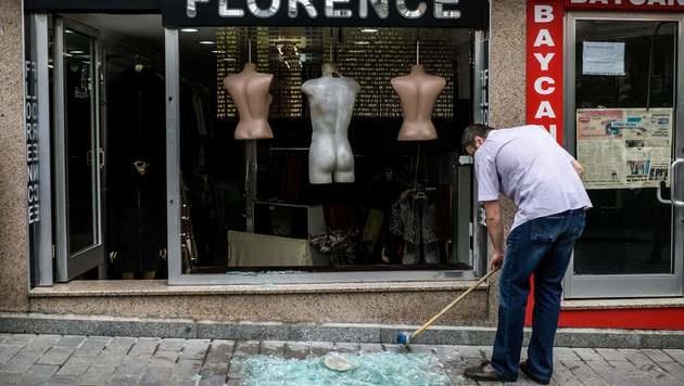 Die Schaufenster umliegender Geschäfte gingen durch die Detonation zu Bruch. (Bild: APA/AFP/OZAN KOSE)