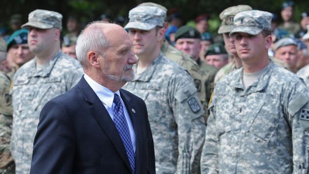 Der polnische Verteidigungsminister Antoni Macierewicz vor US-Soldaten (Bild: AP)