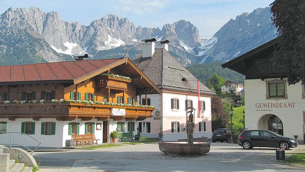 """Der Dorfplatz in Going mit dem Film-Gasthof """"Wilder Kaiser"""" ist eine """"Pilgerstätte"""". (Bild: Diana Krulei)"""