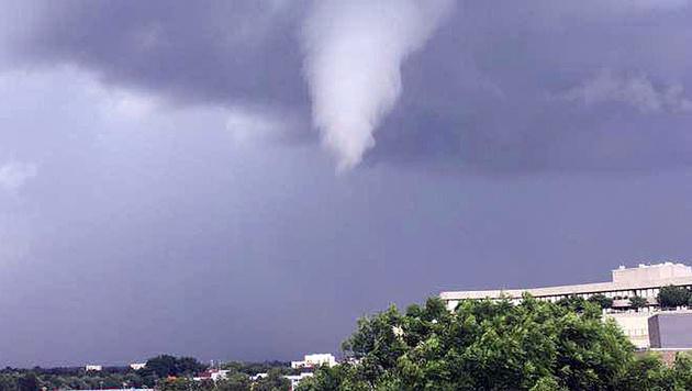 Tornado zog Spur der Verwüstung durch Hamburg (Bild: AP)