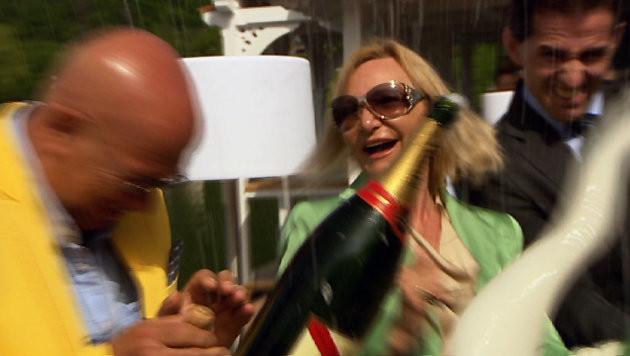 Die reichste Frau Österreichs, Ingrid Flick, und Regisseur Retzer bei einer Restauranteröffnung. (Bild: ORF)
