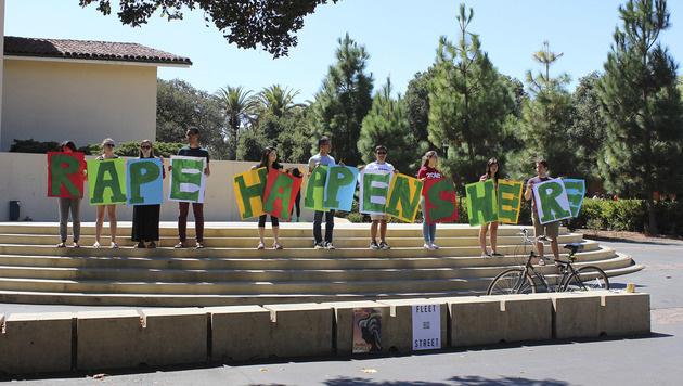 Studenten in Stanford protestieren gegen den laschen Umgang mit sexueller Gewalt an Universitäten. (Bild: AP)