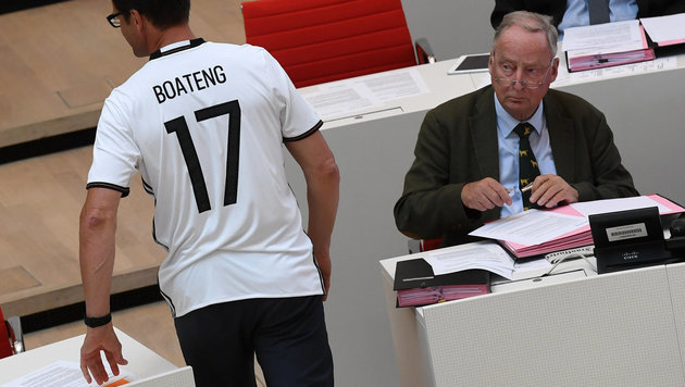 Der CDU-Abgeordnete Sven Petke im Trikot wird von AfD-Politiker Alexander Gauland kritisch beäugt. (Bild: APA/Ralf Hirschberger)