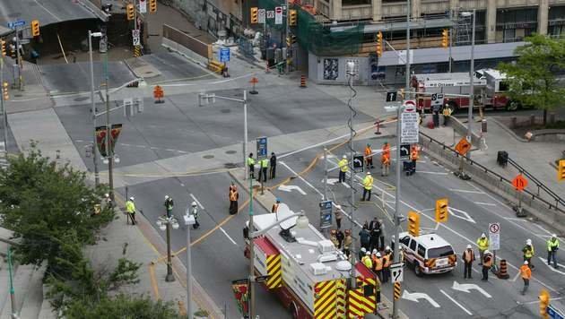 """Krater """"verschluckt"""" ganze Straße in Ottawa (Bild: APA/AFP/CHRIS ROUSSAKIS)"""