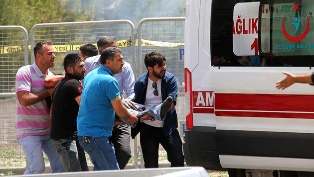Türkei: Anschlag auf Polizeistation - fünf Tote (Bild: APA/AFP/STR)