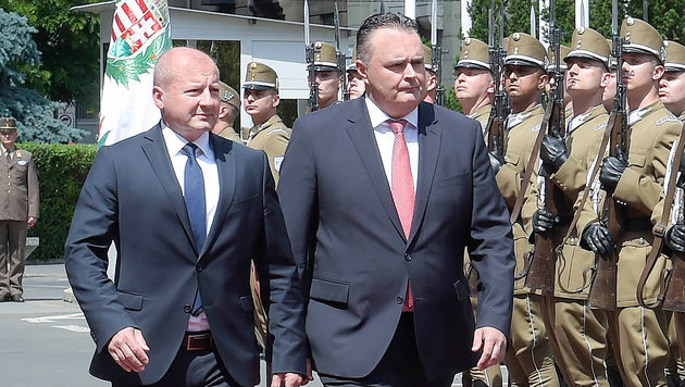 Verteidigungsminister Doskozil (re.) bei seinem ungarischen Amtskollegen Simicsko in Budapest (Bild: HBF/PUSCH)