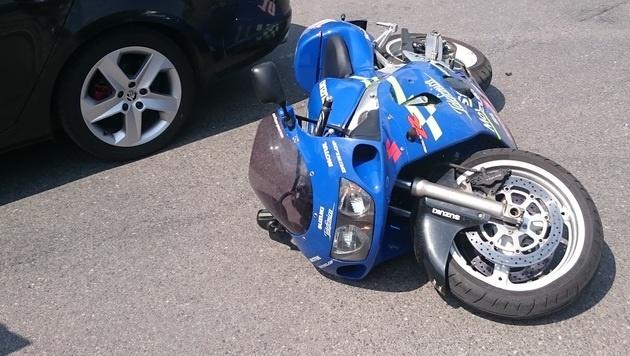 Nach einem Sturz setzte der Motorrad-Rowdy seine Flucht zu Fuß fort. (Bild: LPD Wien)