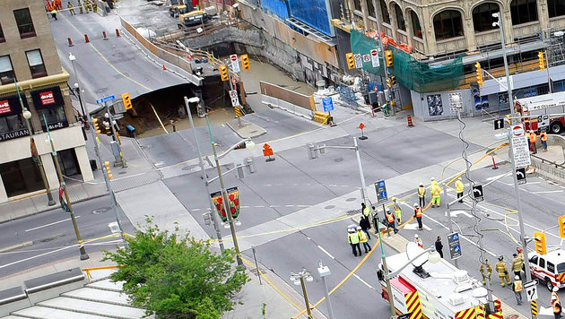 Die Straße im Zentrum der kanadischen Hauptstadt Ottawa sackte auf ganzer Breite metertief ab. (Bild: AP)