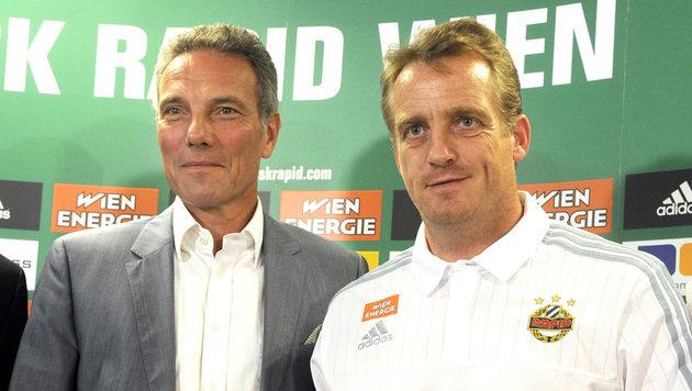 Mike Büskens mit Präsident Michael Krammer (Bild: APA/HERBERT PFARRHOFER)