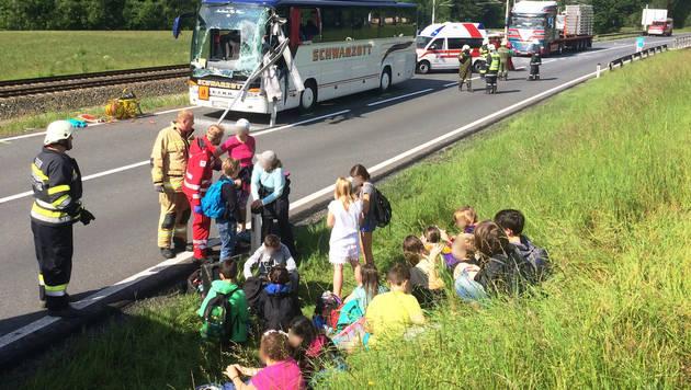 Nach Busunfall: Lehrerin (50) außer Lebensgefahr (Bild: APA/ROTES KREUZ)