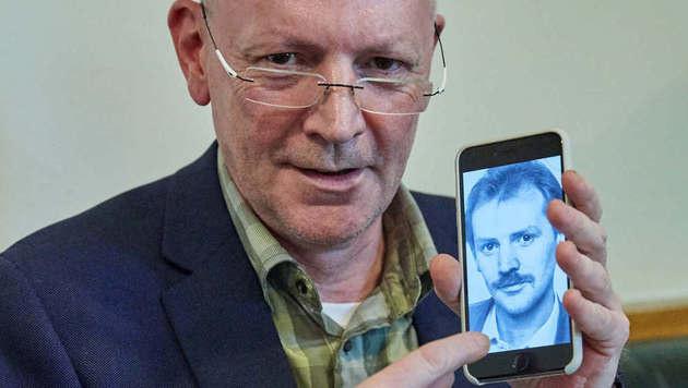 """Christian Ludwig mit Foto seiner ersten Autogrammkarte: """"Da hatte ich noch eine andere Frisur."""" (Bild: Starpix/Alexander TUMA)"""