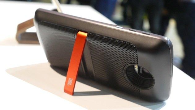 Die optionalen JBL-Lautsprecher kommen mit Ständer und integriertem Zusatzakku. (Bild: Dominik Erlinger)