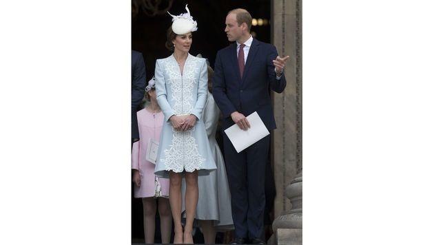 Kate strahlte neben Prinz Harry in einem hellblauen Mantelkleid. (Bild: AFP)
