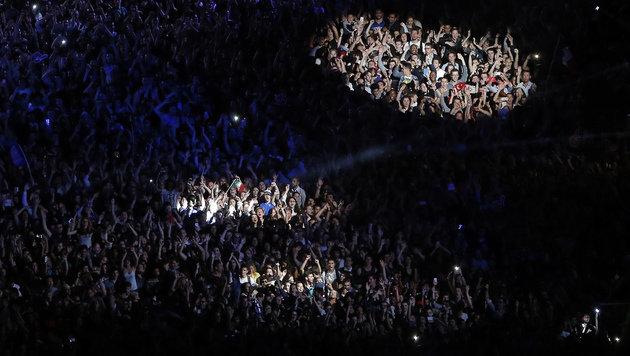 83.000 Fußballfans vor Eiffelturm: Die Top-Bilder (Bild: AP)