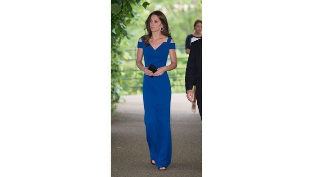 Zum Charity-Dinner kam Kate in einer royalblauen Robe. (Bild: AFP)