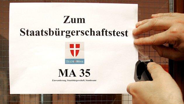 Einbürgerungen gehen viel zu langsam über die Bühne, ist Volksanwalt Fichtenbauer (FPÖ) verärgert. (Bild: HELMUT FOHRINGER/APA/picturedesk.com)