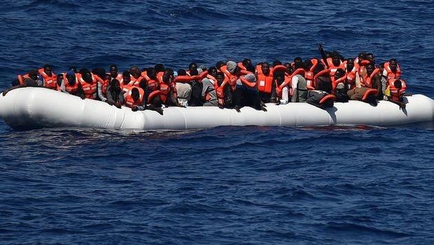 In Seenot geratene Flüchtlinge im Mittelmeer (Bild: AFP)