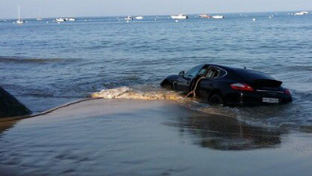 Der Autobesitzer setzte seinen Porsche buchstäblich in den Sand. (Bild: Twitter.com (Screenshot))