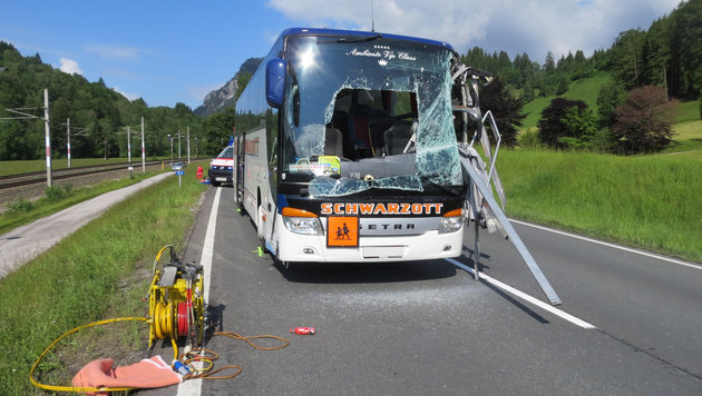 Nach Busunfall: Lehrerin (50) außer Lebensgefahr (Bild: APA/ÖAMTC)