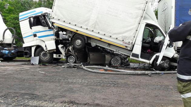 Das Auto wurde vom Lkw unter einen Kleintransporter geschoben. (Bild: Werner Kerschbaummayr/fotokerschi.at)