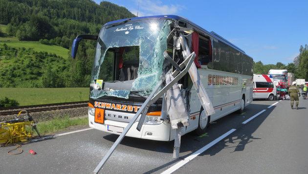 Stange bohrt sich in Bus: Lehrerin schwer verletzt (Bild: APA/ÖAMTC)