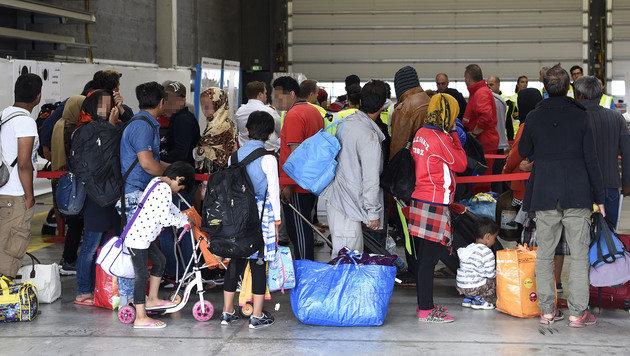 Flüchtlinge auf dem Weg nach Wien (Bild: APA/HELMUT FOHRINGER)