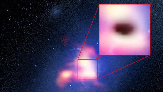 Kompositbild der hellsten Galaxie im Sternhaufen Abell 2597 (Bild: B. Saxton (NRAO/AUI/NSF)/G. Tremblay et al./NASA/ESA Hubble/ALMA)