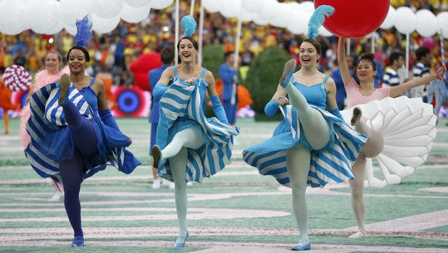 Die Can-Can-Tänzerin sorgten für Freude im randvollen Stade de France! (Bild: AP)