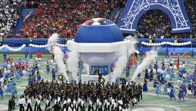 Viel Rauch um viel Farbe - die Eröffnung der EURO. (Bild: AFP or licensors)