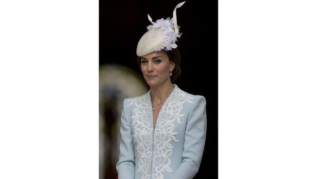 Zu ihrem Outfit kombinierte Kate einen Hut mit Blüten. (Bild: AFP)